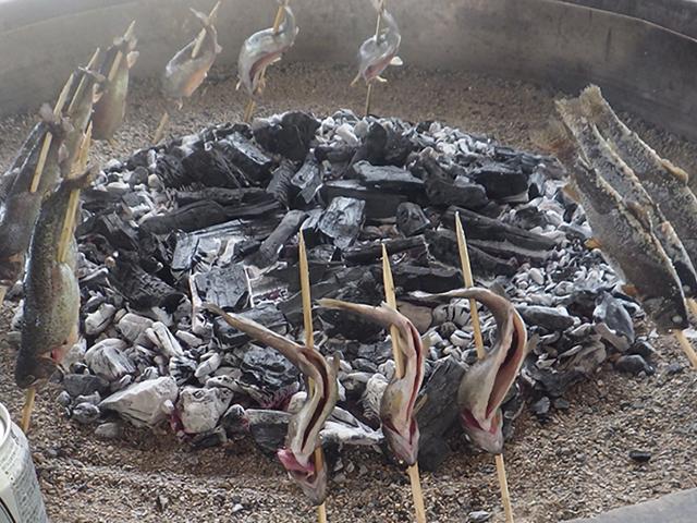 ニジマスの炭火焼き