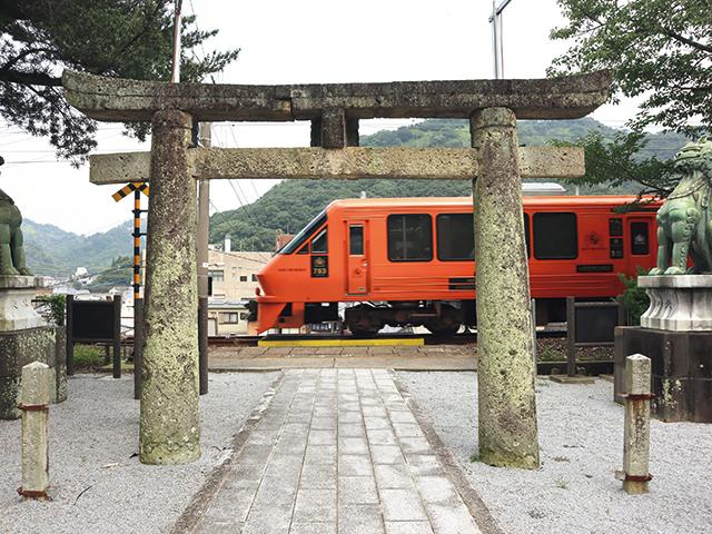 日本全国「不思議な駅」~その③~境内を通過!? 佐賀県『陶山神社』に遮断機ナシ